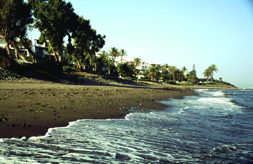 Some of the paradisiacal coastal corners of Estepona, in Malaga, are La Rada, the Cristo Beach or Costa Natura.